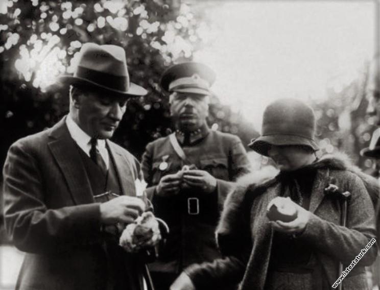 Mustafa Kemal Atatürk Dörtyol'da Portakal Bahçelerinde