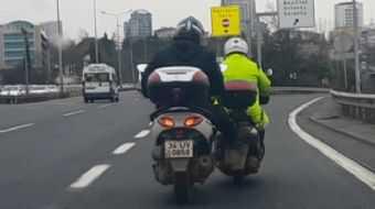 D-100'de tehlikeli yolculuk! Bozulan motosiklete bacağıyla destek verdi